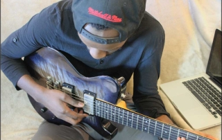 start playing guitar electric or acoustic and learn online
